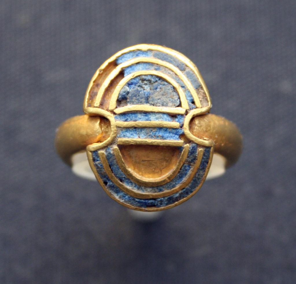 lapis lazuli gemstone inlays in an Aegina gold finger ring | Einsamer Schütze via Wikimedia Commons